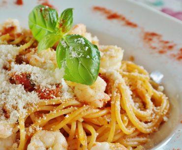 Das Bild zeigt einen Teller mit Spaghetti mit Kirschtomaten und Gambas.