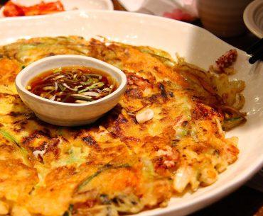 Das Bild zeigt Kimchi Pfannkuchen.