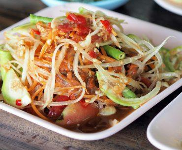 Das Bild zeigt einen Salat mit grüner Papaya.
