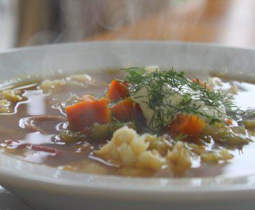 Fischsuppe, angerichtet auf einem tiefen Teller.
