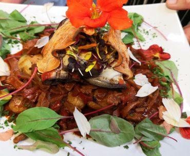 Erdäpel-Goulasch auf einem Teller, schön angerichtet.